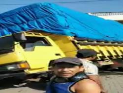 Truk Overtonase Nyaris Terbalik di Pintu Masuk Pelabuhan Sambas