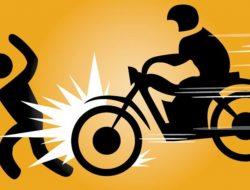 Seorang Wanita Terkapar Ditabrak Sepeda Motor di Depan Rumahnya
