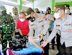 Jamin Kesehatan Masyarakat Hadapi Pandemi, Pangdam I/BB dan Kapolda Sumut Bagi Bansos di Tapanuli Tengah